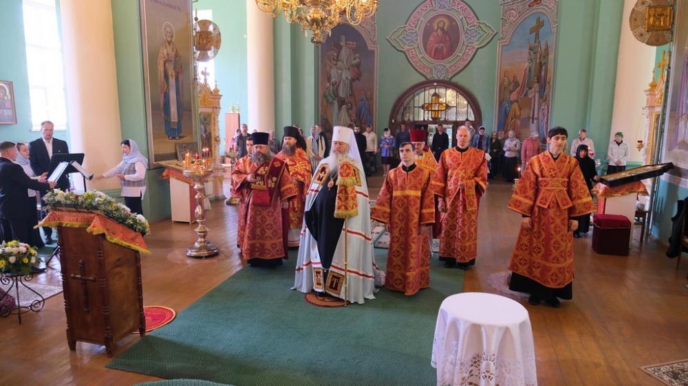 Митрополит Тихон возглавил Божественную литургию в Крестовоздвиженском архиерейском подворье